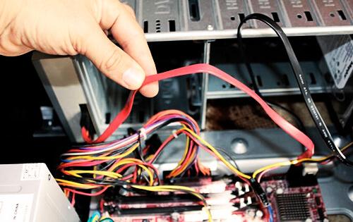 Проверьте все провода, шлейфы и плотность подключения устройств